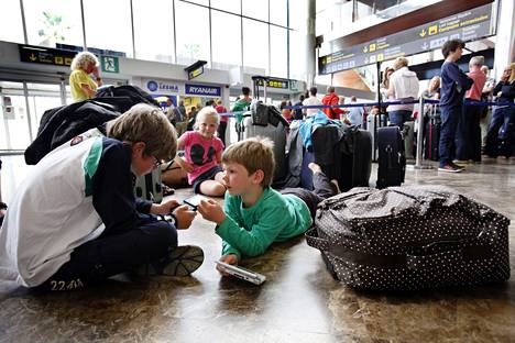 Matkustajat odottavat Reina Sofian lentokentällä Teneriffalla toukokuussa 2010, kun Islannin tulivuorenpurkaus sekoitti Euroopan lentoliikenteen.