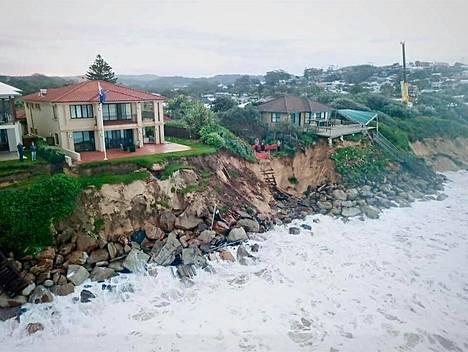 Australian Wamberalissa joidenkin talojen asukkaita on evakuoitu. Heitä on myös varoitettu siitä, että talojen rakenteet voivat romahtaa.