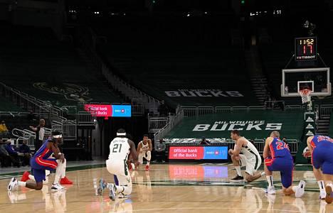 Milwaukee Bucksin ja Detroit Pistonsin pelaajat polvistuivat heti kun ottelu käynnistyi.