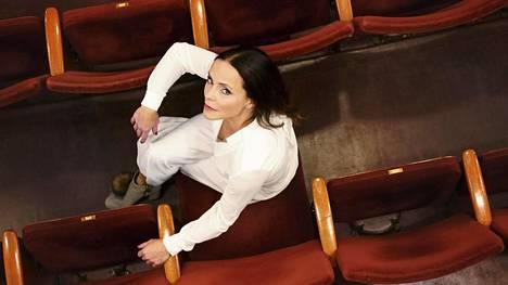 """""""Näyttelijän ammatissa on keskeistä kyky iloita ja antautua työlle. Silloinkin, kun et välttämättä käsitä ihan kaikkea"""", Maria Kuusiluoma sanoo. Hän on työskennellyt Kansallisteatterissa yli 20 vuotta."""