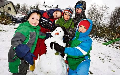 Iiro Knoll (vasemmalla), Eelis Knoll, Aapo Nuutero, Santeri Knoll ja Santeri Leppänen tekivät eilen perjantaina alkavan talven ensimmäisen lumiukon Jyväskylän Kypärämäessä.