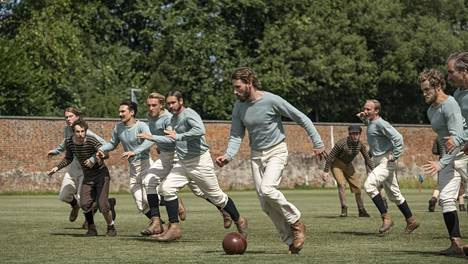 The English Game vie 1800-luvun loppupuolelle, jolloin ammattilaisuus alkoi nostaa päätään jalkapallossa.