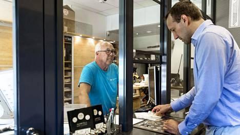 Toimittaja Tuomas Niskakangas ostaa kultaharkkoa K.A. Rasmussenilta Etelärannasta.