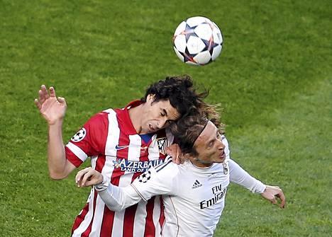 Tiago (vasemmalla) taisteli pallosta Luka Modricin kanssa Mestarien liigan finaalissa.