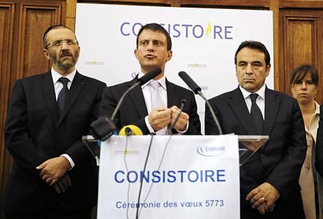 Ranskan sisäministeri Manuel Valls puhui pariisilaisessa synagogassa vierellään johtava rabbi Gilles Bernheim (vas.) ja konsistori Joel Mergui (oik.).