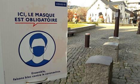 Ranskalaisessa Megeven laskettelukeskuksessa muistutettiin vierailijoita kasvomaskimääräyksistä keskiviikkona.