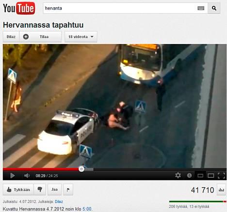 Sekavasti käyttäytyneen miehen kiinniotto näkyy Dilaz-nimimerkin YouTubessa julkaisemalla videolla.