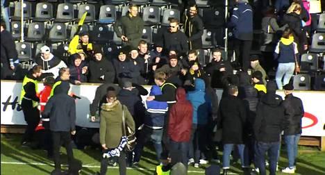 FC Hongan ja HJK:n fanit ottivat yhteen toisen pääkatsomon edessä.