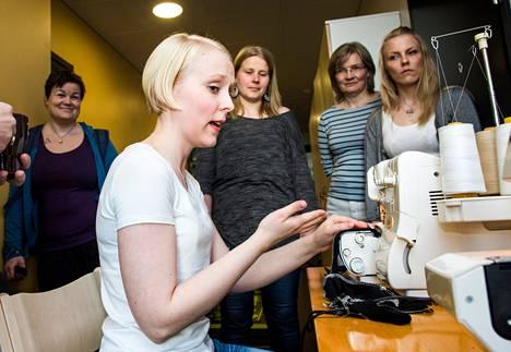 Käsityönopettajaksi opiskeleva Sanna Maijala näyttää, miten saumuria käytetään. Sivusta seuraavat Jenni Korento (oik.), Minna Kinnari, Jenni Ranki ja Teresa Knopp.