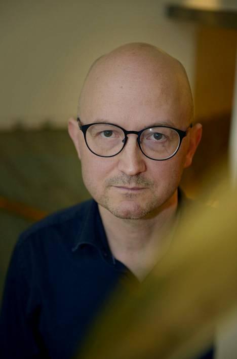 Kirjailija Jukka Laajarinne opastaa Haagan puistofilosofia -tapahtumassa paikkatietoisuuskävelyjä.