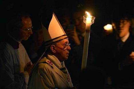Paavi Fransiscus kuljettaa soihtua.