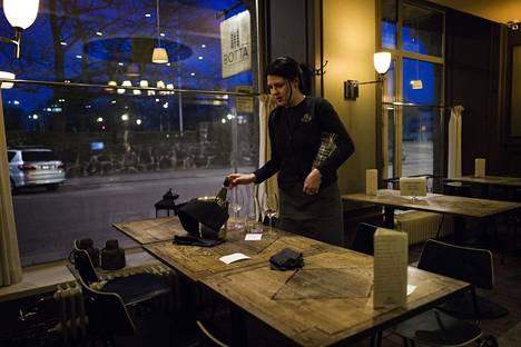 """Sanna Virtanen on työskennellyt ravintola-alalla vuodesta 2006. """"Tämä on ensimmäinen kerta, kun joudun työttömäksi."""""""