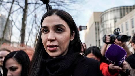 Emma Coronel Aispuro poistumassa oikeudesta Brooklynissä New Yorkissa helmikuussa 2019. El Chapon tuomio elinkautisesta vankeusrangaistuksesta luettiin saman vuoden heinäkuussa.