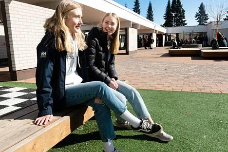 Lotta Härkönen (oik.) ja Menni Andelin ovat Tuusulan Kellokosken koulun 9 G -luokalla. He tulevat kouluun Mäntsälän Ohkolasta. Härkösen koulumatka on yhdeksän kilometriä ja Andelinin viisi kilometriä. Oman kunnan yläasteelle olisi pitempi matka.