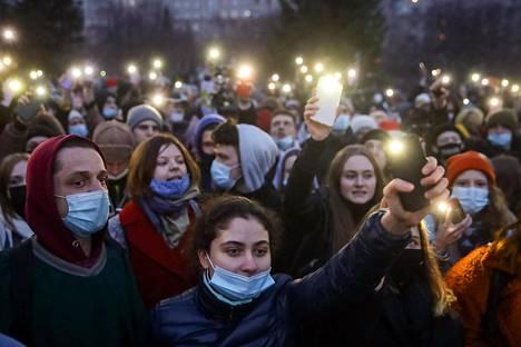 Aleksei Navanyin tukijoita kadulla Novosibirskissa keskiviikkona.