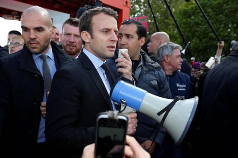 Presidenttiehdokas Emmanuel Macron puhui Whirlpoolin tehtaan työntekijöille keskiviikkona Amiensissa.