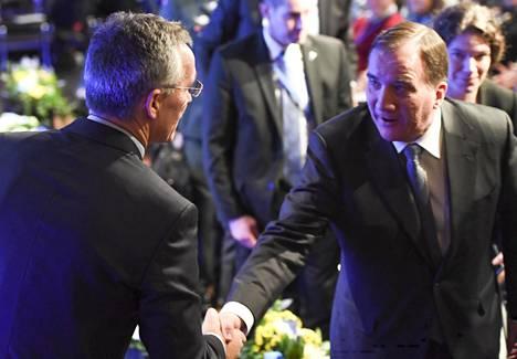 Naton pääsihteeri Jens Stoltenberg kätteli Ruotsin pääministeri Stefan Löfveniä Sälenin turvallisuuspoliittisessa konferenssissa Ruotsissa sunnuntaina.