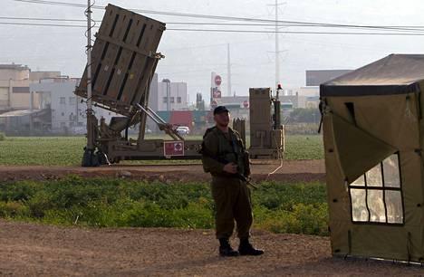 Israelilainen sotilas seisoo vartiossa ohjusten laukaisualustan vierellä Haifassa toukokuun alussa.