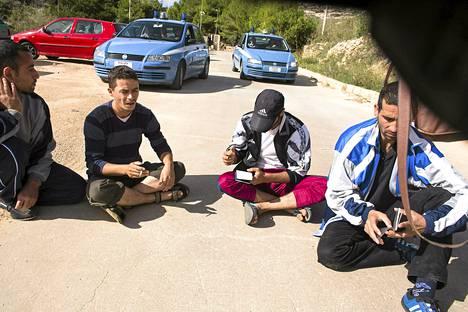 Syyriasta paenneet miehet osoittivat mieltään Lampedusan vastaanottokeskuksen edessä marraskuun alkupuolella. Veneellä libyasta tulleet miehet olivat olleet jo kuukauden keskuksesta vailla tietoa jatkosta.