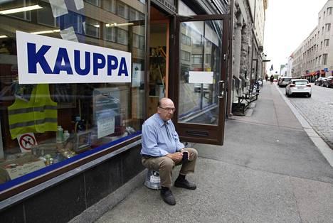 Rautakaupan kauppias Oiva Laine piti kahvitaukoaan hiljaisella Kauppakadulla. Hän sanoo yrityksensä liikevaihdon laskeneen 20 prosenttia ratikkatyömaan vuoksi.