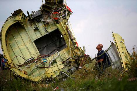 Onnettomuustutkija tutki malesialaiskoneen jäänteitä heinäkuussa 2014.