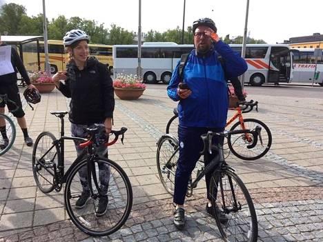Opetusministeri Li Andersson ja eduskuntaryhmän puheenjohtaja Paavo Arhinmäki ajoivat Porvoossa pidettyyn ministeriryhmän kokoukseen polkupyörillä. Matka Mellunmäestä taittui noin kahdessa tunnissa.
