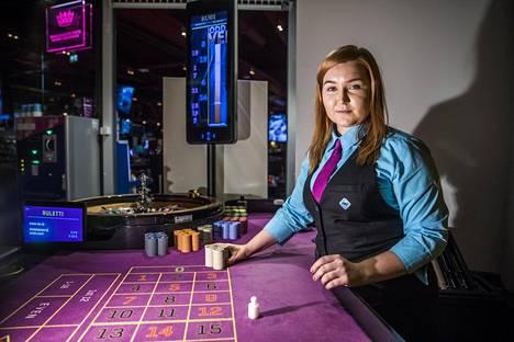Mila Kangasniemi on töissä Espoossa kauppakeskus Ison Omenan Feel Vegas -kasinolla ja toimii Palvelualojen ammattiliiton nuorisovaliokunnan puheenjohtajana. Hän kertoo oivaltaneensa jäsenyyden hyödyt jouduttuaan vaikeuksiin aiemman työnantajansa kanssa.