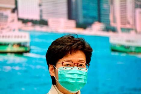 Hongkongin hallintojohtaja Carrie Lam turvautui hengityssuojaimeen jo tammikuun lopussa.