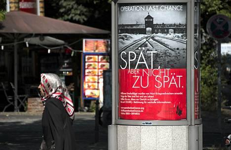 Natsirikollisia etsivän Simon Wiesenthal -järjestön mainos Berliinissä tiistaina.