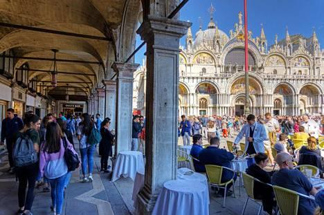Kanaaleista ja karnevaaleista tunnettu Venetsia on suosittu lomakohde, jossa vierailee vuosittain noin 30 miljoonaa ihmistä. Kuva Pyhän Markuksen torilta huhtikuulta.