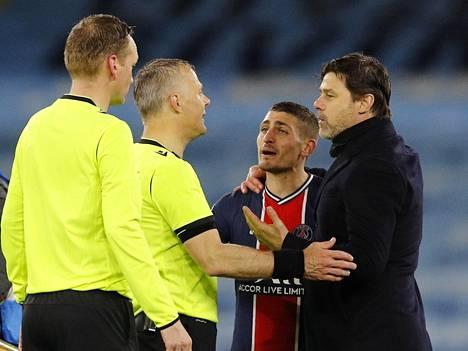 Paris Saint-Germainin valmentaja Mauricio Pochettino (oik.) ja Marco Verratti keskustelivat ottelun jälkeen erotuomari Bjorn Kuipersin kanssa.