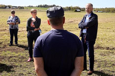 Ympäristö- ja ilmastoministeri Krista Mikkonen ja maa- ja metsätalousministeri Jari Leppä tutustuivat hanhituhoihin Kiteellä. Vahingoista kertomassa maanviljelijä Mika Timonen.
