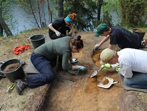 Iin Illinsaaren hautalöytöä tutkivat arkeologian opiskelijat Minna Ervasti (edessä vas.), Noora Hemminki, Tapani Lintula ja Jarkko Kauppinen.