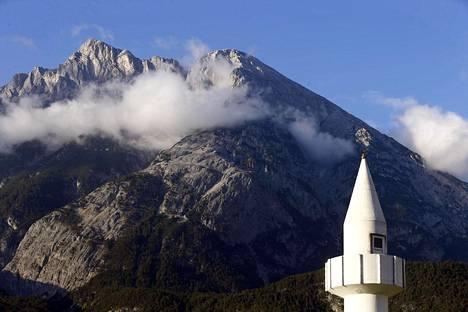 Moskeiijan minareetti Telfsin kylässä Itävallassa, taustalla kohoavat Alpit.