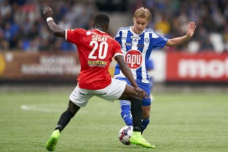 HJK:n Santeri Väänänen kamppaili paikallispelissä HIFK:n Hassan Sesayn kanssa.