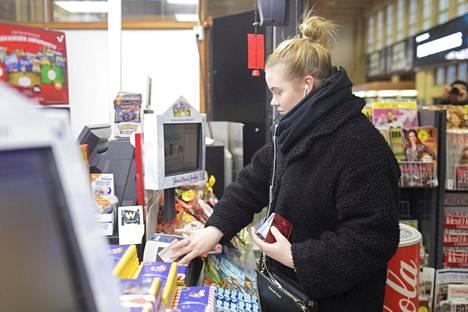 Amanda Hellén käyttää nykyisin lähimaksua lähes aina. Hän on kokeillut myös mobiilimaksua muutaman kerran, mutta kortin esille ottaminen on tuntunut helpommalta.
