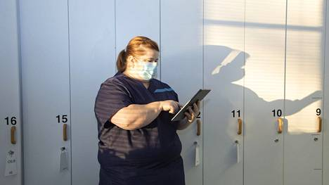 """""""Robotti ei korvaa ihmistä, mutta tekniikan hyödyntäminen tekee hoitajien työstä aiempaa helpompaa"""", osaston ylihoitaja Anu Nyman sanoo."""