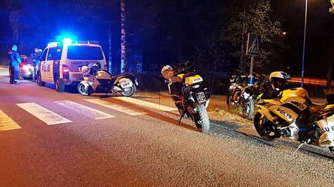 Poliisi valvoi mopoliikennettä Länsi-Uudellamaalla.