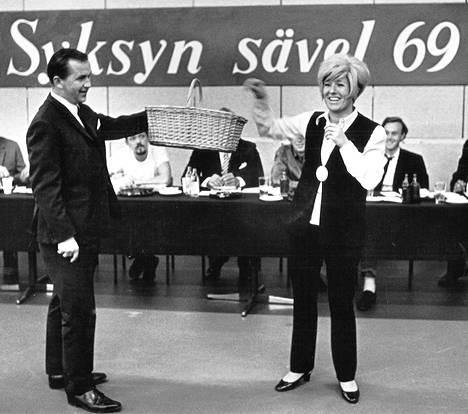 """Mainos-TV:n """"Syksyn sävel""""-iskelmäkilpailun kymmenen loppukilpailusävelmää on valittu. Kilpailun tarkoituksena on löytää vuoden 1969 paras kotimainen iskelmä. Marjatta Leppänen ja Rauno Lehtinen arpoivat loppukilpailusävelmien esittämisjärjestyksen."""