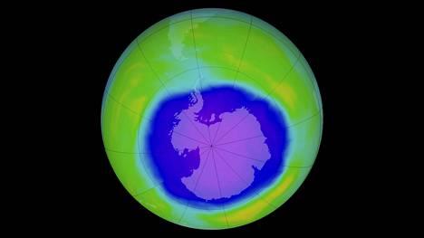 Otsoniaukko eli otsonin alenema Etelämantereen yllä näkyy kuvassa sinisenä. Kuvassa on aukko laajimmillaan vuonna 2015 lokakuussa. Aukon laajuus oli neljänneksi suurin mittaushistoriassa. Värit kuvaavat otsonikerroksen paksuutta. Vihreä merkitsee paksumpaa.