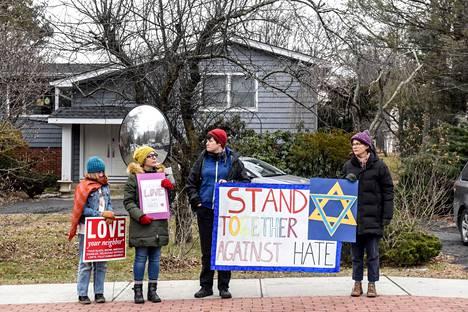 Ihmiset osoittivat mieltään rauhan puolesta juutalaisvihaa vastaan New Yorkissa sunnuntaina.