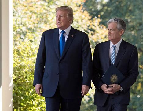 Yhdysvaltojen presidentti Donald Trump on kiihdyttänyt Yhdysvaltojen keskuspankin pääjohtajan Jerome Powellin arvostelua. Kuvassa Trump ja Powell Valkoisessa talossa vuonna 2017.