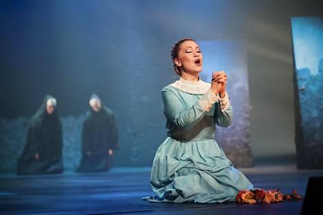 Sopraano Saara Kiiveri laulaa Die Loreleyssa Lenoren roolin.