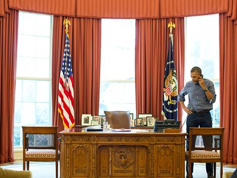 Barack Obama kävi maaliskuun alussa työhuoneessaan puhelinkeskustelua Vladimir Putinin kanssa.
