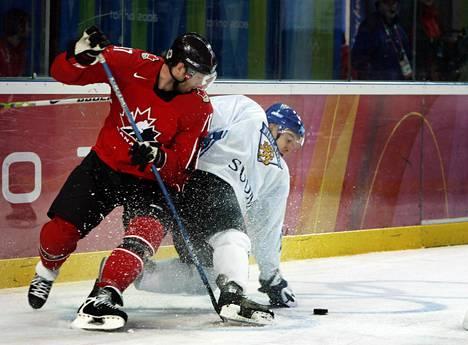 Kanadan Joe Thornton ja Suomen Niklas Hagman kamppailemassa kiekosta Torinon olympialaisissa vuonna 2006.