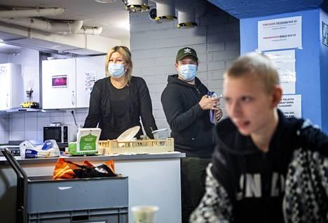 Illusiassa voi nukkua, syödä ja pestä pyykkiä tai vaikka pelata biljardia. Ohjaajat Niina Arola ja Onni Huusko auttavat asiakkaita tarpeen mukaan.