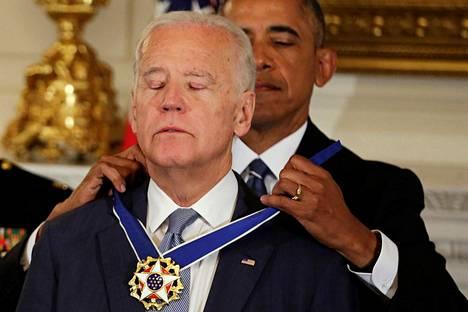 Barack Obama myönsi Joe Bidenille Yhdysvaltain korkeimman siviilikunniamerkin, Presidentin vapaudenmitalin.