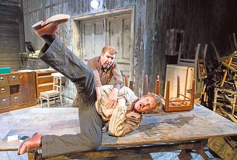 Vanja on näytelmän lopussa niin epätoivoinen, että yritettyään ensin murhata professorin, varastaa piirilääkäriltä morfiinia. Santeri Kinnunen (Vanja-eno, edessä) ja Martti Suosalo (Astrov).