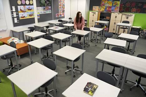 Koulut avattiin keväällä pariksi viikoksi etäopetusjakson jälkeen. Espoolaisen Jupperin koulun opettaja Jaana Linkola järjesteli pulpetteja toukokuussa.
