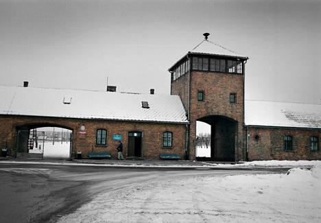 Auschwitz-Birkenaun tuhoamisleirin pääportti. Natsi-Saksa perusti leirin toisessa maailmansodassa Puolan alueelle.